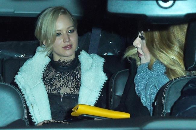 Adele va Jennifer Lawrence vui ve tai bar danh cho nguoi dong tinh hinh anh 3