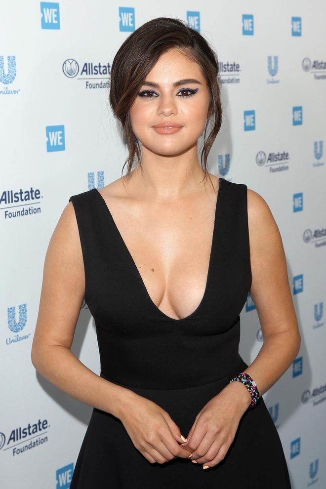 Selena Gomez xuat hien sexy sau 10 thang tri benh hinh anh 1
