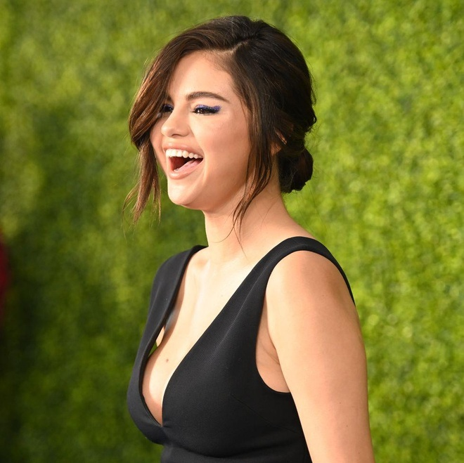 Selena Gomez xuat hien sexy sau 10 thang tri benh hinh anh 2