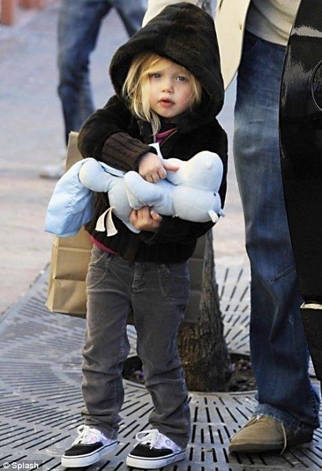 Con gai Angelina Jolie lon phong phao, ngay cang ra dang con trai hinh anh 4