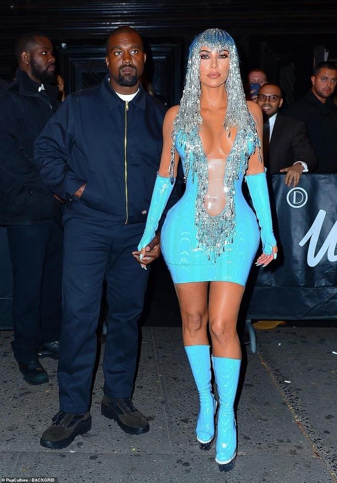 Kim Kardashian, Kylie Jenner nhiet tinh khoe vong 1 tai tiec Met Gala hinh anh 1