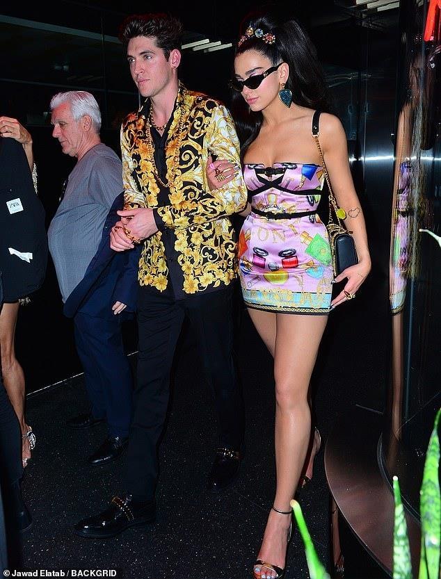 Kim Kardashian, Kylie Jenner nhiet tinh khoe vong 1 tai tiec Met Gala hinh anh 8