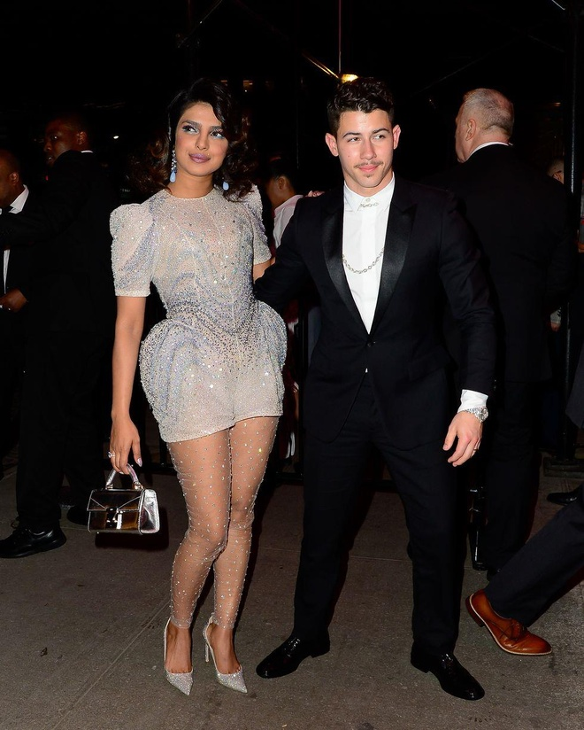Kim Kardashian, Kylie Jenner nhiet tinh khoe vong 1 tai tiec Met Gala hinh anh 7