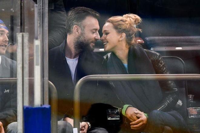 Jennifer Lawrence mac vay xe nguc trong tiec dinh hon voi ban trai hinh anh 2