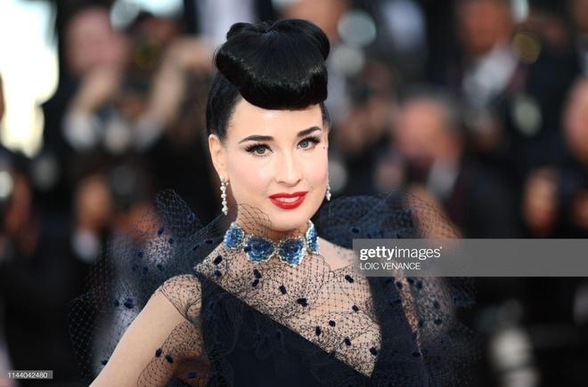 'Nu hoang thoat y' Dita Von Teese mac dang cap tren tham do Cannes hinh anh 2