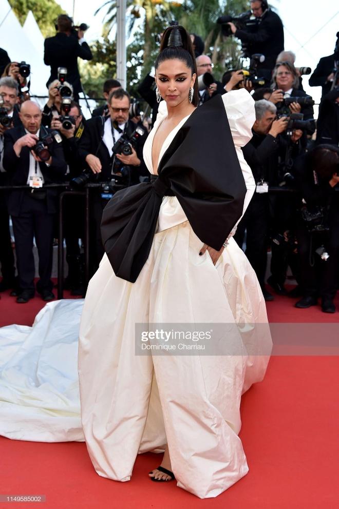 'Nu hoang thoat y' Dita Von Teese mac dang cap tren tham do Cannes hinh anh 8