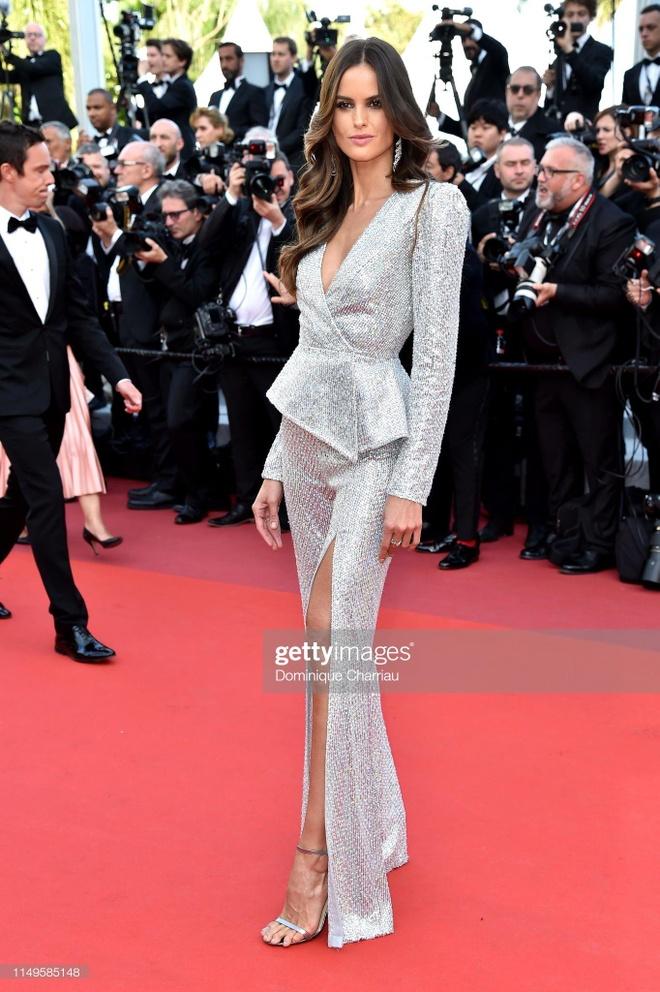 'Nu hoang thoat y' Dita Von Teese mac dang cap tren tham do Cannes hinh anh 7