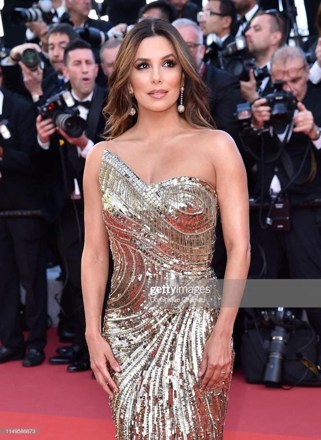 'Nu hoang thoat y' Dita Von Teese mac dang cap tren tham do Cannes hinh anh 5