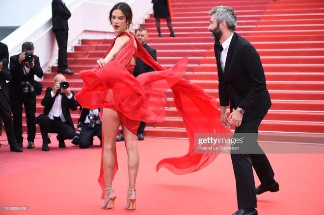 Nhung bo canh ho bao cua Alessandra Ambrosio tai LHP Cannes hinh anh 2