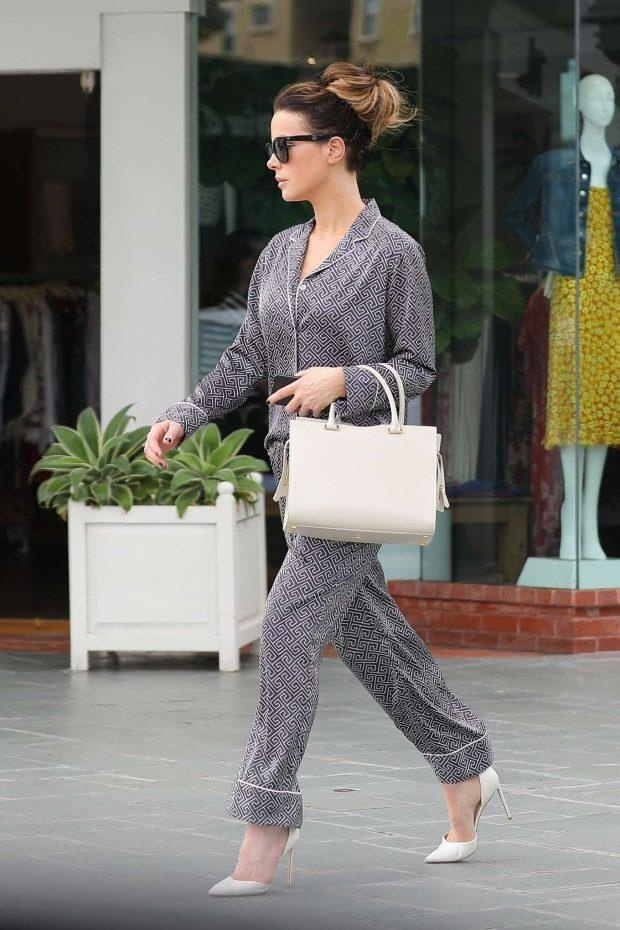 Kendall Jenner khoe bung phang, Jennifer Lopez kin dao tuan qua hinh anh 7