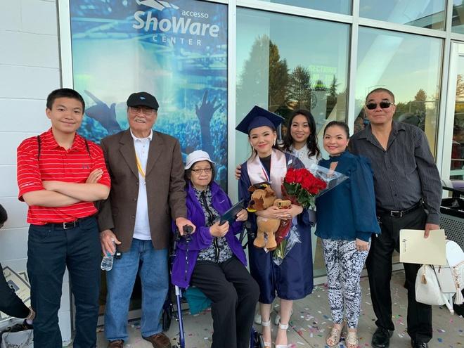 Minh Như được Hương Tràm khen hát hay tại lễ tốt nghiệp ở Mỹ