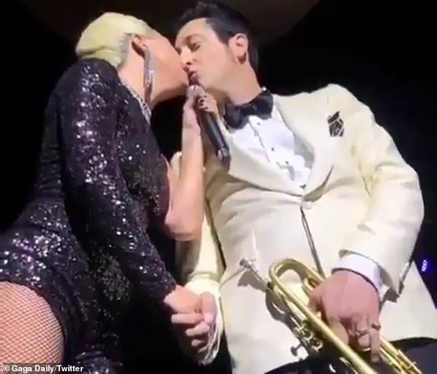 Lady Gaga bị chỉ trích vì hôn đàn ông có vợ