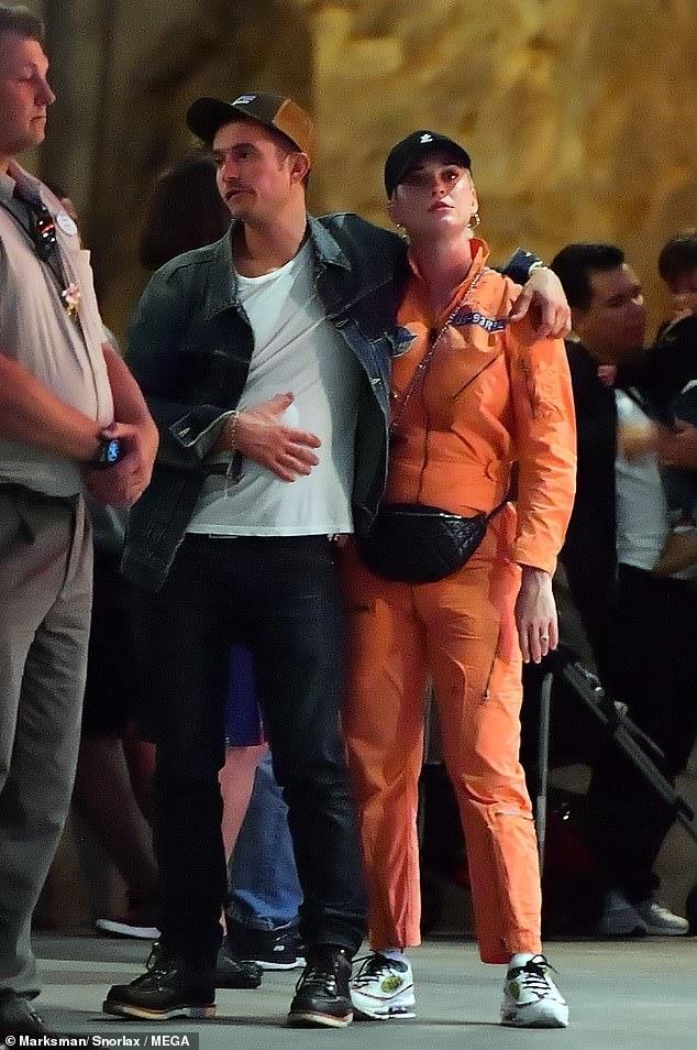 Orlando Bloom om hon Katy Perry trong cong vien hinh anh 1