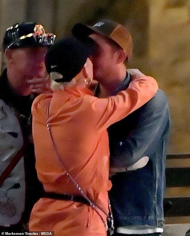 Orlando Bloom om hon Katy Perry trong cong vien hinh anh 3