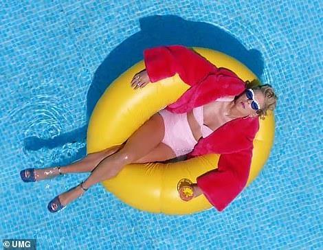'You Need To Calm Down' cua Swift muon y tuong tu MV cua Beyonce? hinh anh 2