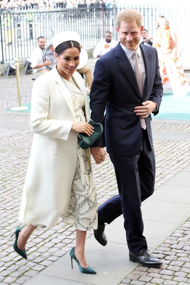 Công nương Meghan Markle lạm dụng giày cao gót, mặc bó sát khi có thai