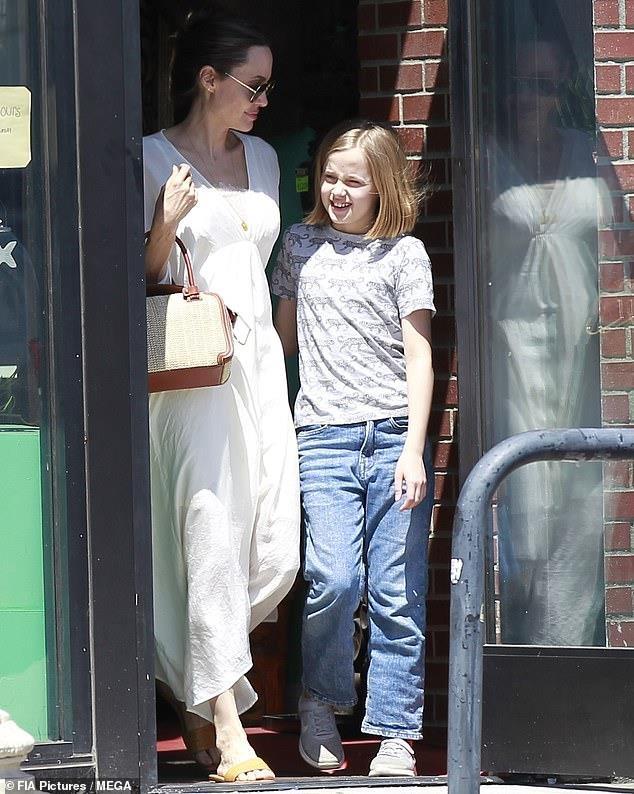 Con gai Angelina Jolie lon phong phao, vui ve cuoi dua ben me hinh anh 4