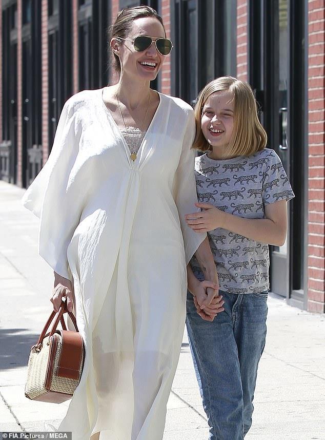 Con gai Angelina Jolie lon phong phao, vui ve cuoi dua ben me hinh anh 1