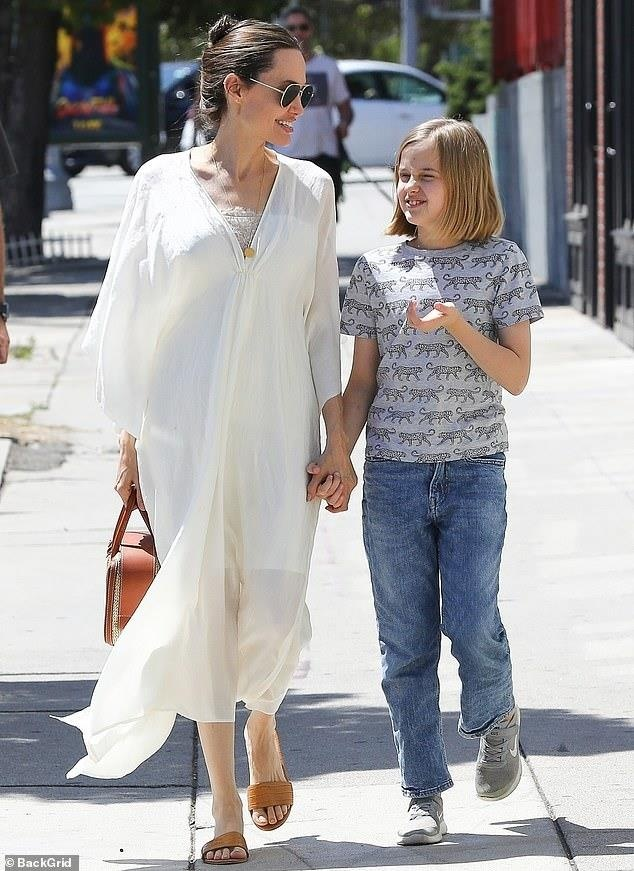Con gai Angelina Jolie lon phong phao, vui ve cuoi dua ben me hinh anh 2