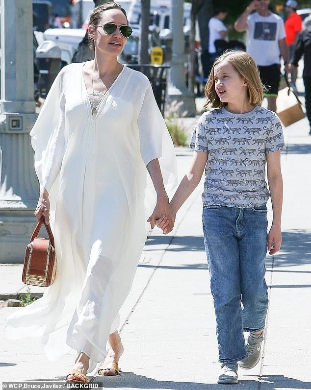 Con gai Angelina Jolie lon phong phao, vui ve cuoi dua ben me hinh anh 3