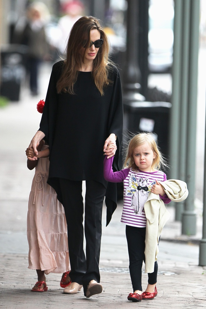 Con gai Angelina Jolie lon phong phao, vui ve cuoi dua ben me hinh anh 8