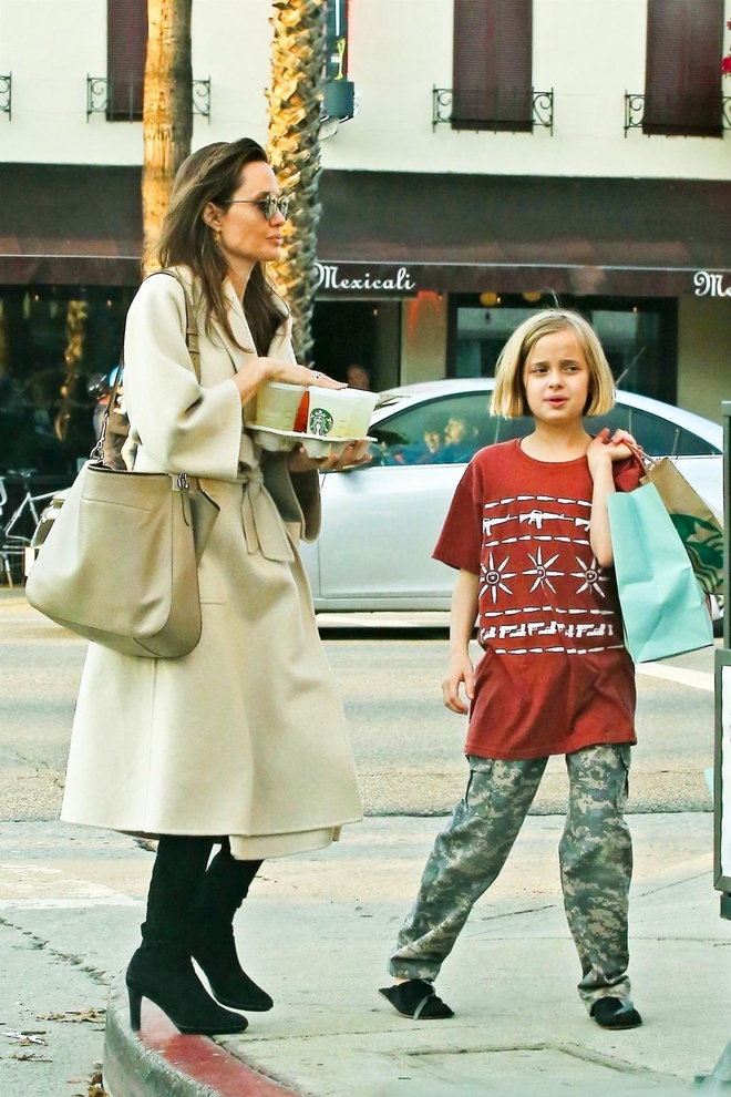 Con gai Angelina Jolie lon phong phao, vui ve cuoi dua ben me hinh anh 6