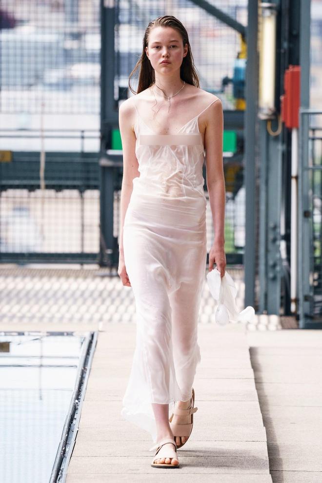 Người mẫu tuột váy, lộ ngực trên sàn diễn thời trang