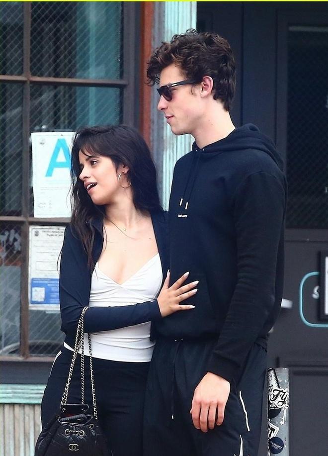 Shawn Mendes om ap 'ban gai tin don' Camila Cabello tren pho hinh anh 3