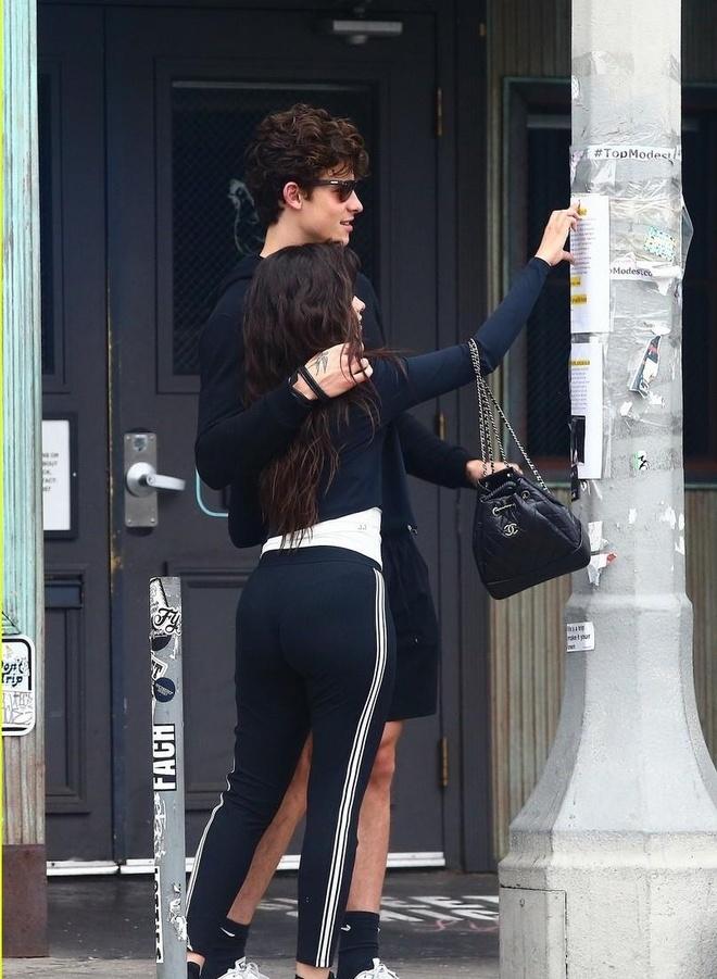 Shawn Mendes om ap 'ban gai tin don' Camila Cabello tren pho hinh anh 7