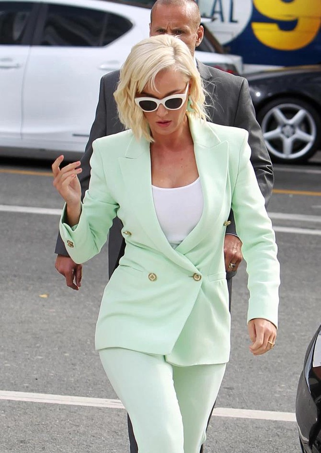 Katy Perry mặc sang chảnh đến tòa, bình thản dù bị kiện đạo nhạc