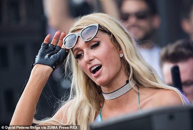 Paris Hilton lo hang vi mac vay sieu ngan, bi che khi lam DJ hinh anh 4
