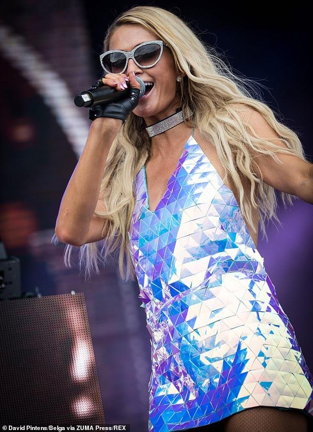 Paris Hilton lo hang vi mac vay sieu ngan, bi che khi lam DJ hinh anh 1