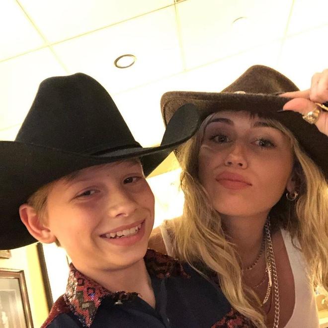 Miley Cyrus lo nguc truoc mat giong ca nhi hinh anh