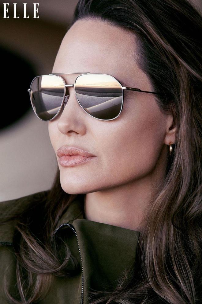 Angelina Jolie khoe nhan sac man ma o tuoi 44 hinh anh 4