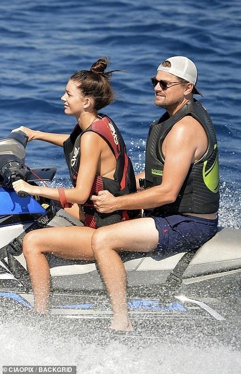 Ban gai kem 23 tuoi cho Leonardo DiCaprio bang cano tren bien hinh anh 1