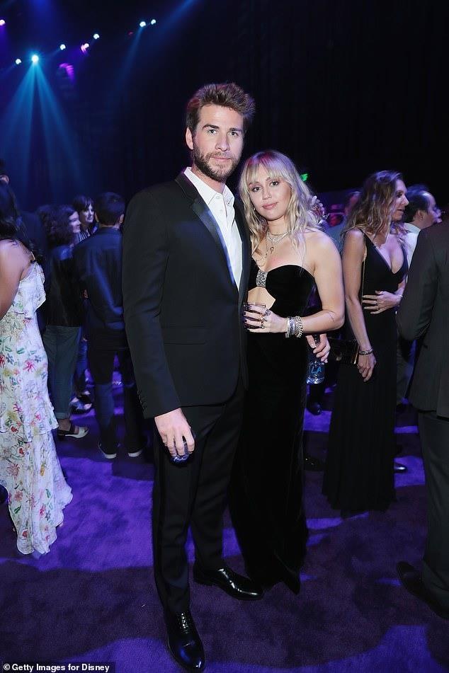 Miley Cyrus chia tay Liam Hemsworth anh 2