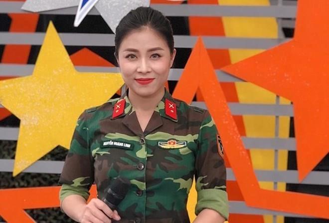 Hình ảnh sexy đối lập khi lên hình của MC Chúng tôi là chiến sĩ