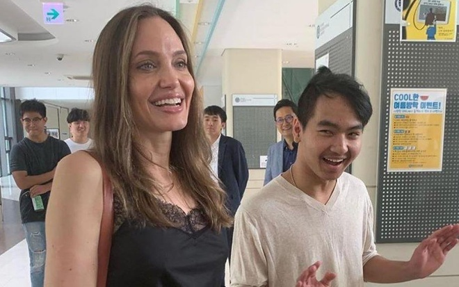 Angelina Jolie xuc dong trong ngay dua Maddox di nhap hoc hinh anh