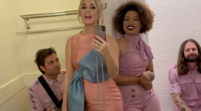 Katy Perry mang ca ban nhac vao nha ve sinh cong cong hinh anh