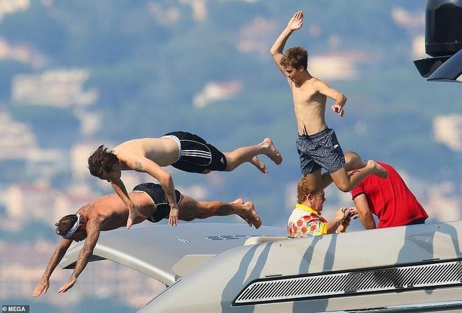 David Beckham khong ngung om ap, khoa moi vo tren du thuyen hinh anh 7