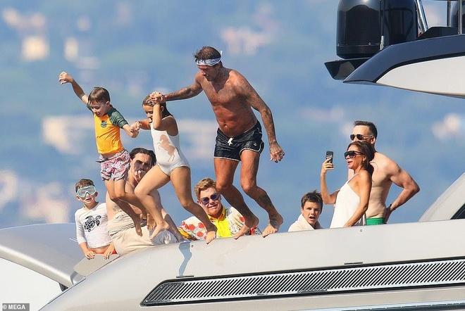 David Beckham khong ngung om ap, khoa moi vo tren du thuyen hinh anh 1