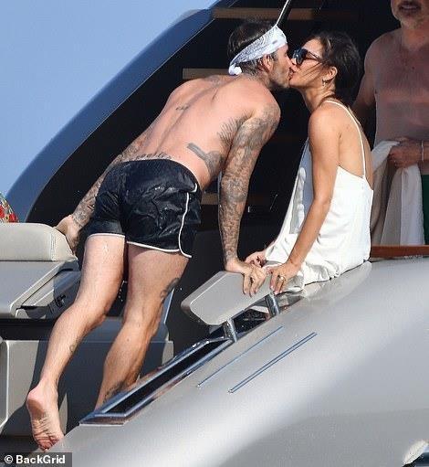 David Beckham khong ngung om ap, khoa moi vo tren du thuyen hinh anh 2