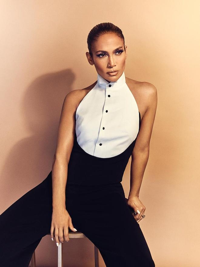 Jennifer Lopez dien mot trong suot len tap chi o tuoi 50 hinh anh 2