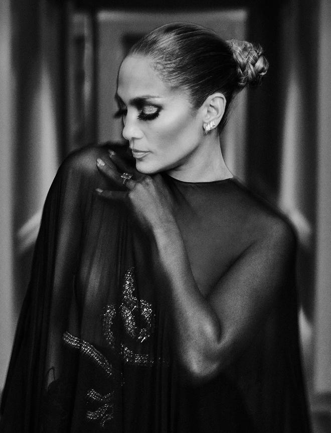 Jennifer Lopez dien mot trong suot len tap chi o tuoi 50 hinh anh 5