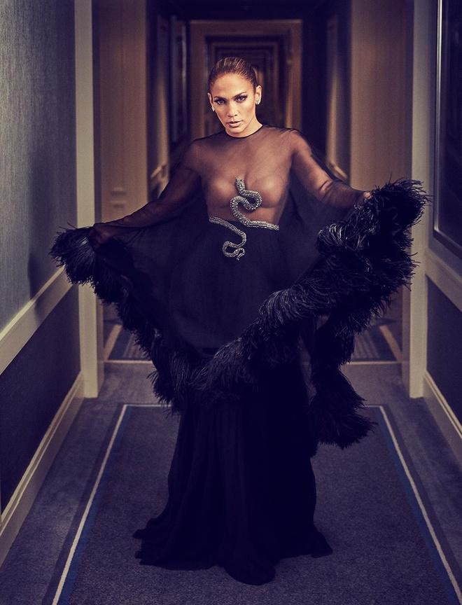 Jennifer Lopez dien mot trong suot len tap chi o tuoi 50 hinh anh 4