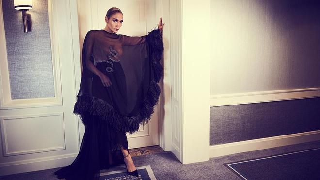 Jennifer Lopez dien mot trong suot len tap chi o tuoi 50 hinh anh 3