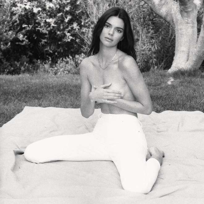 Kendall Jenner chup anh ban nude hinh anh 1