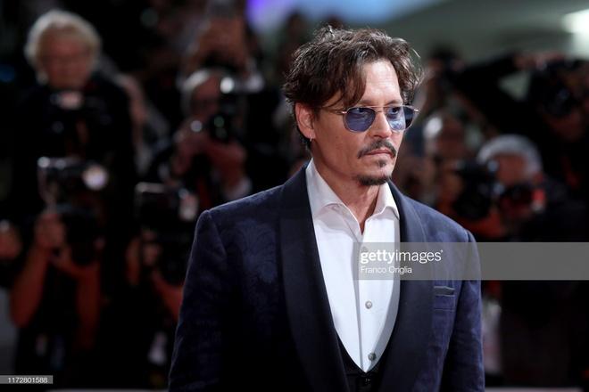 Johnny Depp banh bao, sao nam mac vay dai quet dat tren tham do hinh anh 3