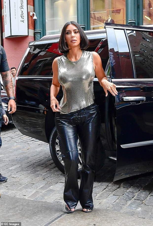Kendall Jenner sexy lan at chi gai Kim Kardashian khi xuong pho hinh anh 5