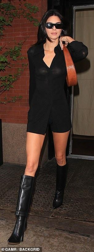 Kendall Jenner sexy lan at chi gai Kim Kardashian khi xuong pho hinh anh 4